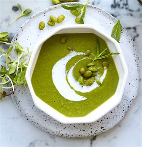 #recipe: MINTY PEA SOUP WITH SPICED CRUNCHY EDAMAME BEANS